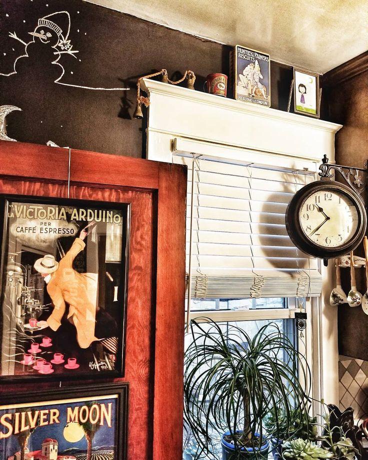 """blick auf #myhousethismonth  Ich merke dass ich mich über diesen Sieg gefreut habe    """"Nach oben schauen"""" #myhousethismonth  Ich merke dass ich mich in letzter Zeit über dieses Fenster lustig gemacht habe. Eine Keksdose und eine ungeöffnete Dose Sirup mit einem offenen Datum von 1998  Ich öffnete und leerte es sorgfältig bevor ich es dort aufstellte  und eine Reihe von Glocken Boom!   #Hauseiner Tage #myhousethismonth #topinteriorstyle #howivintage # 1920haus #offbeat_vintage_girl #recyclerestyle #myvintageabode #luxuryinteriorsonabudget #vintagehomedecor #styleithappy #myrustic #myperiodhomestyle #mystylishspace #cornerofmyhome #mygorgeousgaff #nestandthrive #spotlightonmyhome #myinteriormydecor #vintagestyle #revampingvintage #mydiymydecor #dailydecordetail #stopandstaredecor #actualinstagramhomes #mystylednest #mycreativeinterior #walltowallstyle  Source  The post blick auf #myhousethismonth  Ich merke dass ich mich über diesen Sieg gefreut habe  appeared first on My Art My Home."""