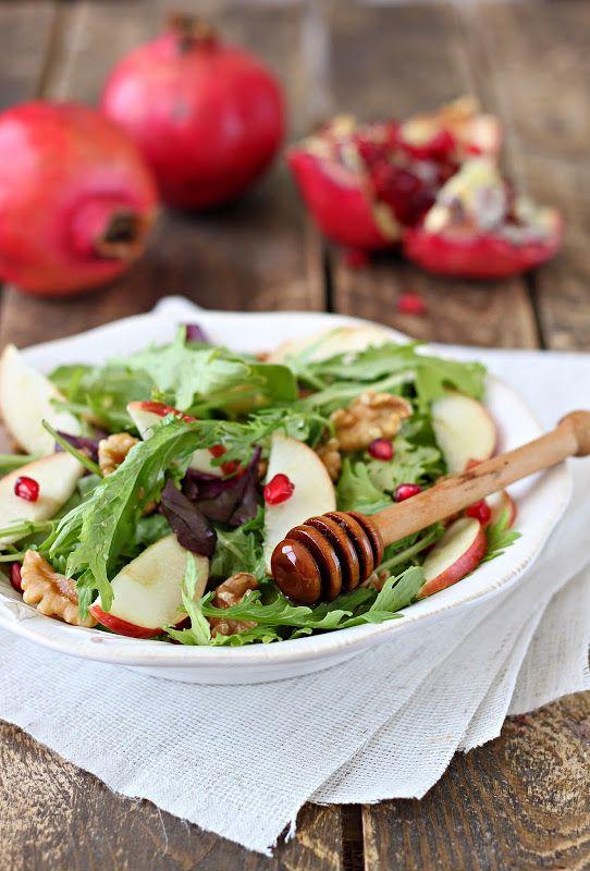 Нам понадобится: микс салат(молодые листья шпината,свеклы,рукколы, мангольда) кисло сладкое яблоко грецкие орехи зёрнышки граната Для соуса: оливковое масло…