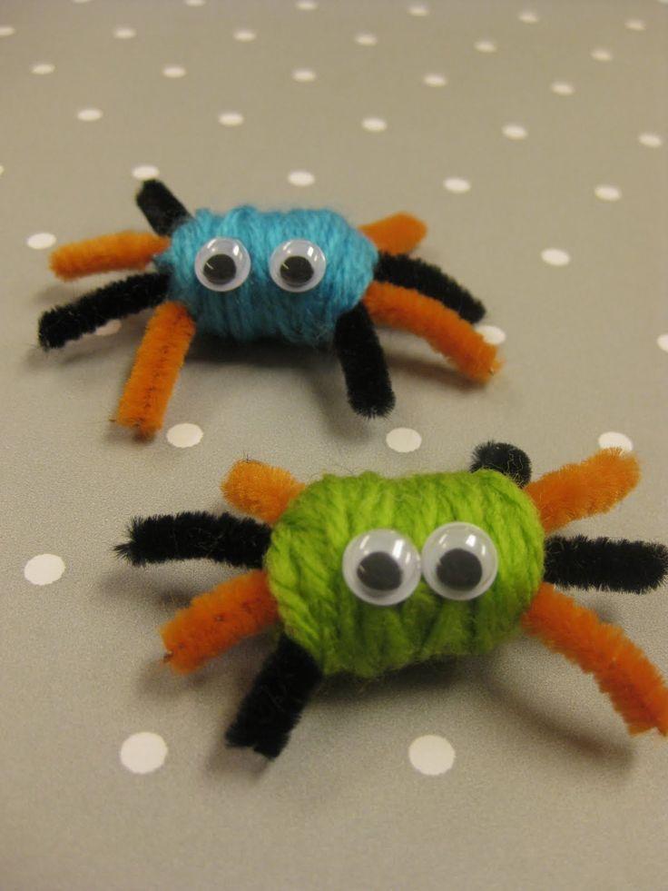 Gulliga, snälla spindlar! Här har vi virat garn runt piprensare och sen har vi limmat dit ögon, kul och enkelt för små barn.