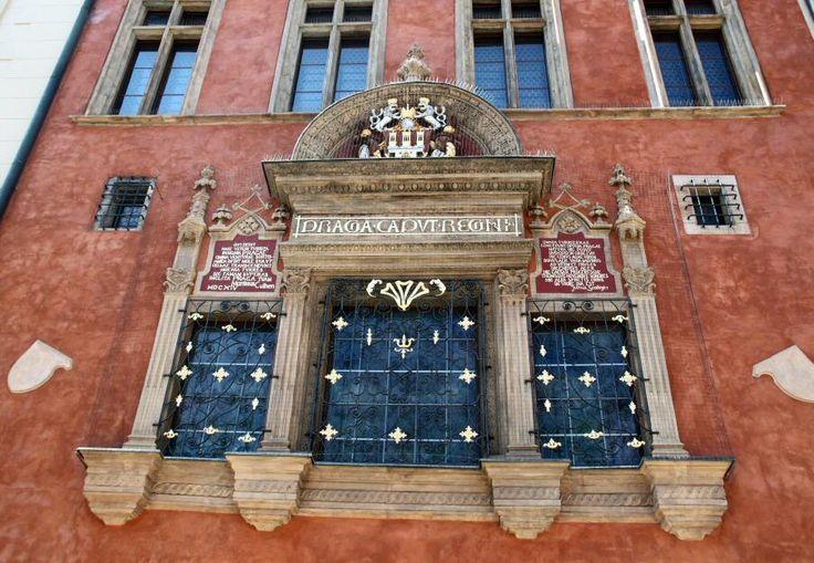 http://guias-viajar.com/chequia/ Ventana renacentista de la Casa Kriz en el Ayuntamiento de Praga