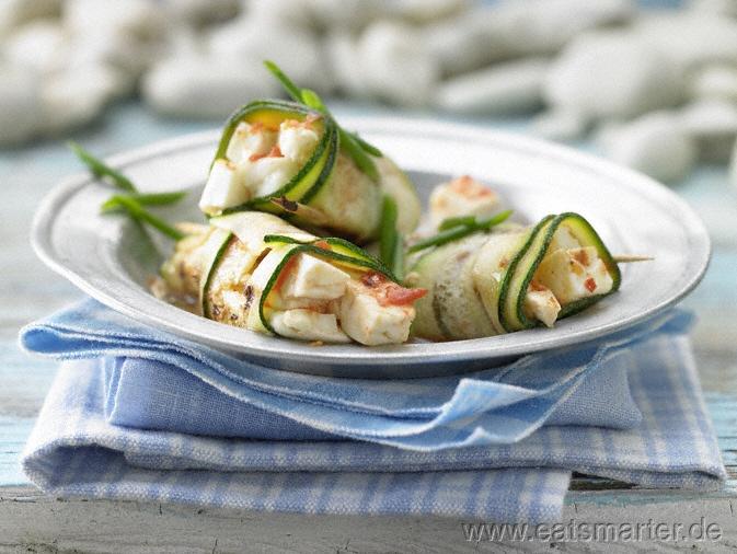 Gegrillte Zucchini-Röllchen - smarter - mit Schafskäse.  Kalorien: 144 kcal | Zeit: 30 min.