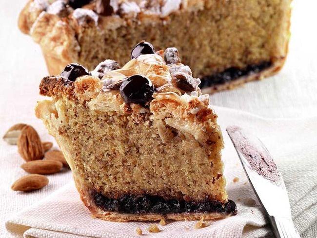 Una torta dal gusto raffinato: Luca Montersino realizza questa torta di sfoglia al farro e amarene utilizzando la farina di farro integrale e le mandorle amare.