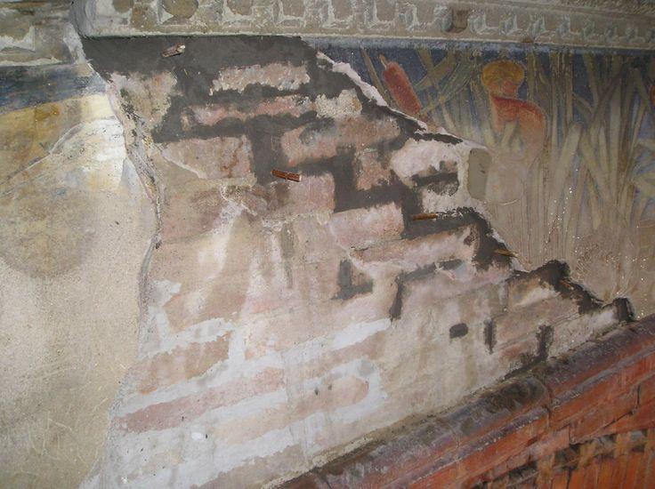 stuccatura superficiale della crettatura, i legnetti sono stati inseriti per ottenere dei fori da cui iniettare le malte cementizie di ricostruzione e consolidamento della parete.