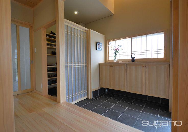 お客様を迎える玄関の横にSCL(シューズクローゼット)を兼ねた家族用の玄関を設けました。 #和風建築 #和風住宅 #和風玄関 #菅野企画設計