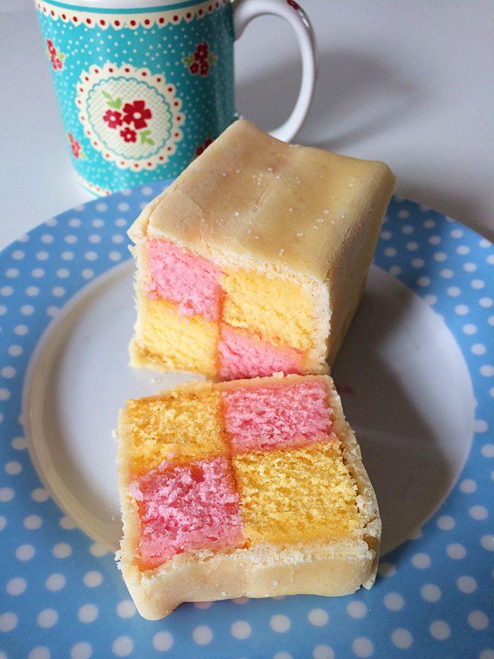 Battenberg cake, Enfim, o Battenberg não é tão complicado quanto parece. Basta assar dois bolinhos, um de massa branca e outro rosa, cortar e juntar alternando as cores dando esse efeito quadriculado (usando geléia de damasco para colar as partes), envolver com uma camada de marzipan.    Hello Lolla