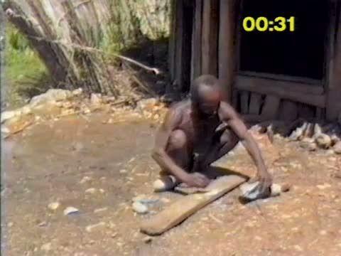 Langda 2 - L'herminette de pierre polie en Nouvelle-Guinée - Les accidents de taille