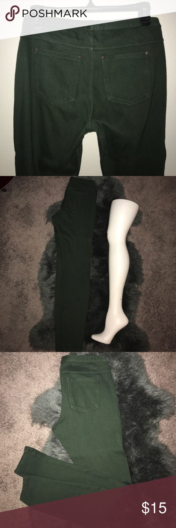 Dark Green Pants Hunter green jeggings. Pockets on the back, elastic waistband. Size medium - size 28/29. Gently used. HUE Pants Leggings