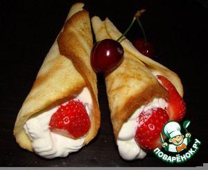 """Пирожное """"Рожки"""" со взбитыми сливками и ягодами"""