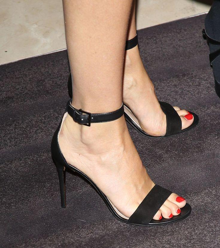 Gwyneth-Paltrow-Feet-1702517.jpg (887×1000)