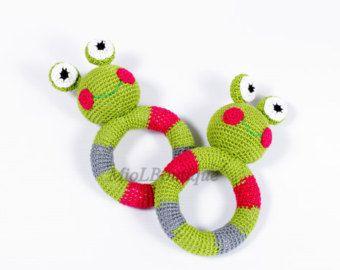 Items op Etsy die op Gehaakte baby speelgoed SET van 2 Rainbow grijpen en tandjes speelgoed kikker gevuld speelgoed cadeau voor baby meisjes jongens lijken