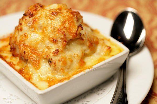 """Очень нежный и вкусный картофель """"Романофф"""" -очищенный и натертый на крупной терке (мелко нарезанный) -картофель - 1 кг -мелко нарезанный лук - 1 шт. -тертый сыр чеддер - 300 г -сметана - 1,5 стакана -соль и свежемолотый черный перец по вкусу"""