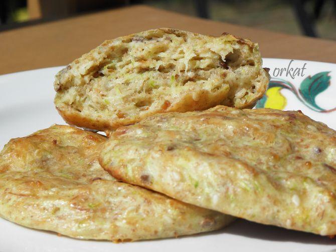 ...sok+maggal,+teljes+kiőrlésű+liszttel,+füstölt+sajttal+és+tojással,+olaj+nélkül.+Egy+kis+tejfölös+mártogatóssal.+Finom+és+olcsó+vacsora.      Hozzávalók+(12-15+darabhoz):  20-25+dkg+cukkini+(tisztítás+és+magozás+után)  2+tojás  1+közepes+gerezd+fokhagyma  só+(ízlés+szerint)  késhegynyi+bors  1-1…