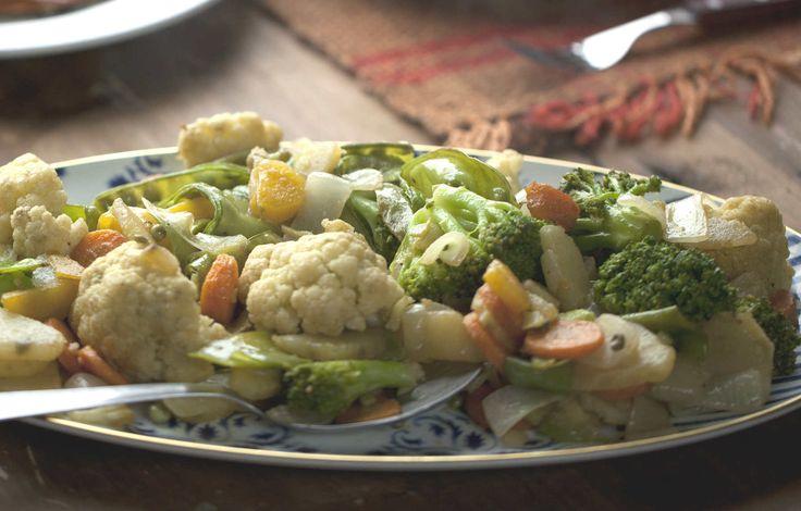 Rodrigo Hilbert usa variedade de batatas, cenoura, ervilha torta, brócolis e couve-flor