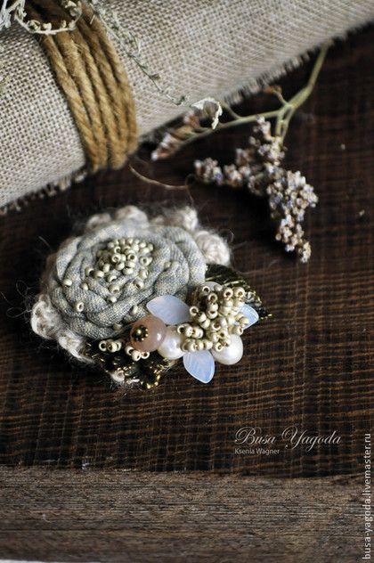 Купить или заказать Брошь 'Полынные травы' в интернет-магазине на Ярмарке Мастеров. Небольшая брошка, очень нежная, изящная, утонченная. Хлопковый цветочек из клетчатой ткани декорирован изящной веточкой с бисерными гроздьями, морозными листочками, белым речным жемчугом и солнечным камнем. Серединка расшита бисером, словно россыпью маленьких жемчужин. Брошка получилась светлая, в холодной, нежной гамме, за счет чего она смотрится воздушной и какой-то немного 'звенящей' холодными нотками.…