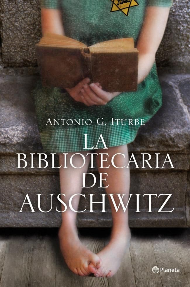 LA BIBLIOTECARIA DE AUSCHWITZ - ANTONIO G. ITURBE  Entretenido, una niña encargada de custodiar cinco libros de lo más variado en un campo de concentración que intenta mantener la normalidad dentro del horror. Personas libro.