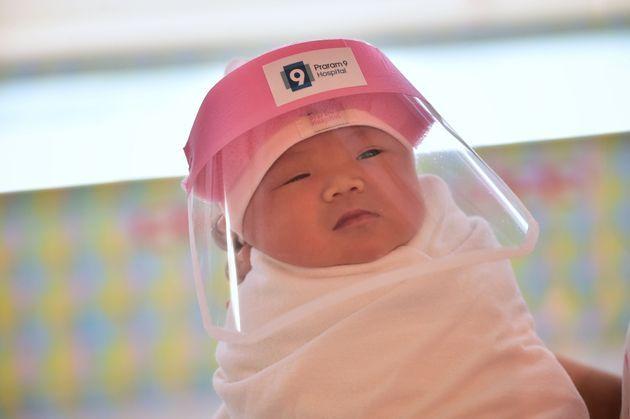 画像 フェイスシールドをつけた可愛い赤ちゃんたち ハフポスト 可愛い赤ちゃん 新生児 赤ちゃん