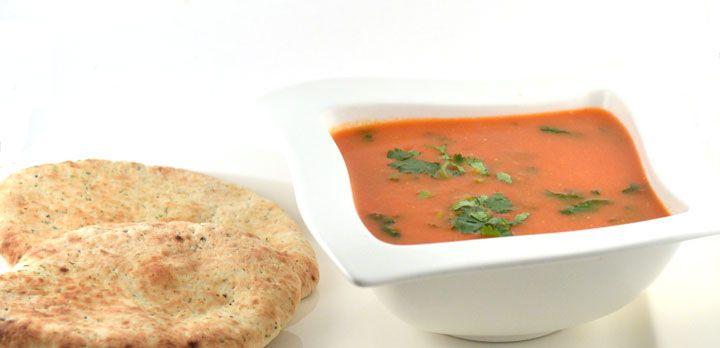 Over de snelle tomatensoep (Indiase stijl)  Zo simpel kan een snelle tomatensoep zijn. Dit is er eentje met invloeden uit India. Dat komt in dit recept vooral door de garam masala.    Garam masala is een geroosterd mengsel …