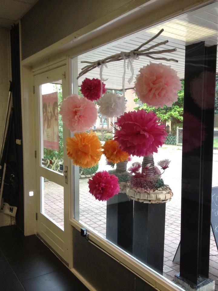 Pompons als raamversiering Zelf maken? Kijk voor garen en pompon makers eens op http://www.bijviltenzo.nl