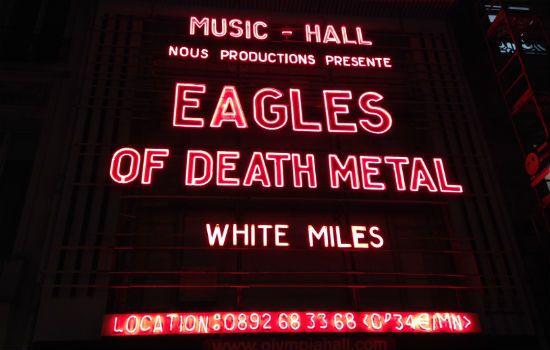FRANCE - Ovation et émotion à l'Olympia pour le concert des Eagles of Death Metal - France 24