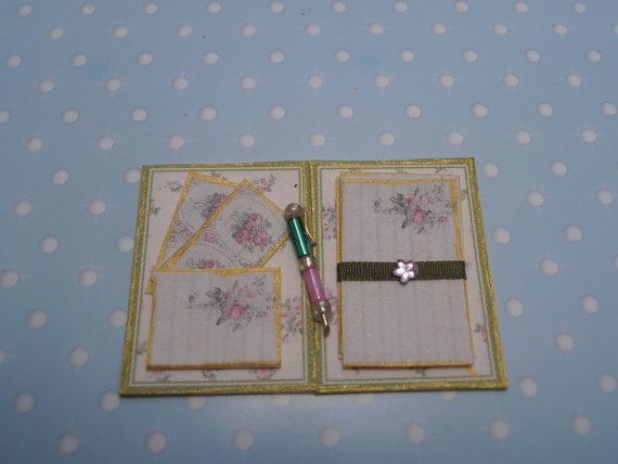 Gaël Miniature Ladys shabby chic notepaper and envelopes in a folder with pencil