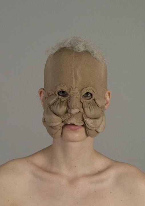 Muriel Nisse \\ Intrigant, parfois dérangeant, Muriel Nisse a une démarche bien à elle. Cette artiste diplômée de l'École des Arts Décoratifs de Strasbourg a travaillé comme maquilleuse et perruquière pour les Opéras de Paris, influence très présente dans cette série de masques et de parures \\ mamie net