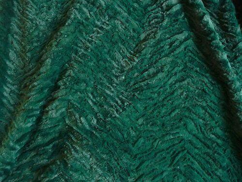 Schöner weicher Pelz aus Polyester.  Der Stoff ist von leichter Qualität und angenehm auf der Haut.    Der Pelz ist Flaschen Grün.   Teilweise liegen die Haare an und teilweise stehen die Haare ab.  Wodurch der Kunst Pelz eine lebendige Optik erhält.    Der Stoff ist 1,54 m breit und es sind noch 20 m vorhanden.  Es lassen sich Röcke, Kleider, Hosen, Decken, Jacken, Westen, Taschen, Kissen und vieles mehr daraus herstellen.    Der Preis ist per Meter.