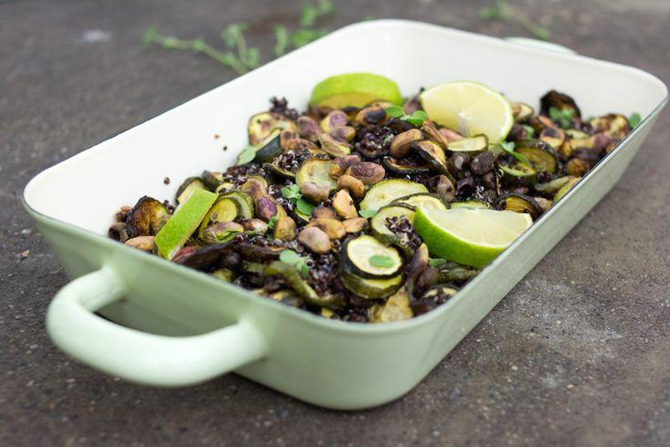 L'insalata di quinoa con zucchine arrosto è un'ottima ricetta per un pranzo da aprile a ottobre, periodo in cui le zucchine danno il loro meglio!