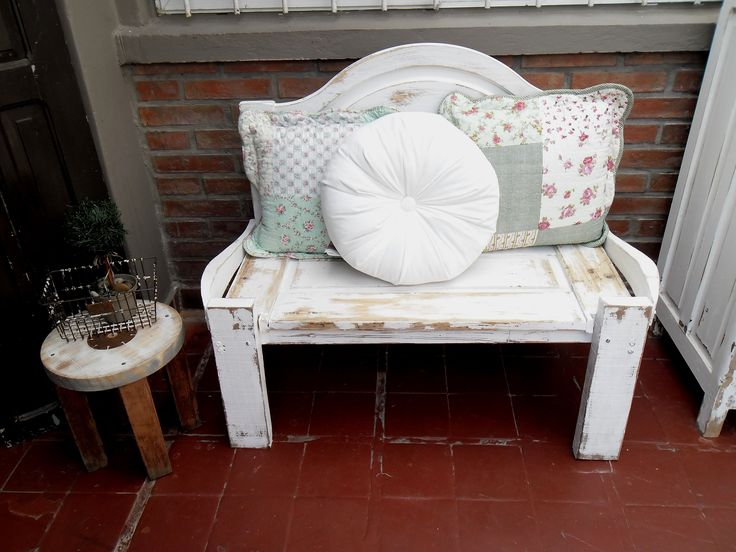 https://www.pinterest.com/nadasepierde/bancos-y-sillas/ Banco con maderas recuperadas + respaldo de cama