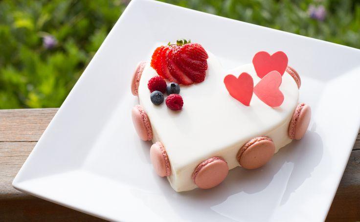 Torta Corazón. Mousse de chocolate blanco, bizcocho de chocolate y gelatina de maracuyá.