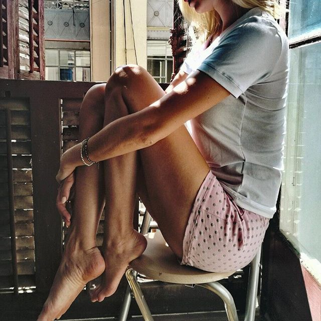 W Barcelonie piękne okiennice zrobiły  nam prowizoryczny plan zdjęciowy...i to słońce 😊☀🌎 #barcelona #photoshoot #comingsoon  #polishbrand #new #sleepandlounge #pjallday #sleepwear #loungewear #masenso #morning  #by_masenso #sleepingbeauty #shadow #ootd #dailyoutfits  #homewear #kropki #polkadots #pijama #pijamastyle #chill #comfort #relax