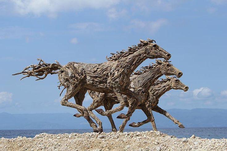 L'artiste James Doran-Webb nous dévoile cet esprit brut d'évasion avec ces sculptures de chevaux sauvages à couper le souffle, entièrement faites de morceaux de bois flottés. Sculptés, fasconnés par l'eau et les vagues, ces morceaux de bois se prêtent parfaitement aux caratéristiques des chevaux au galop.