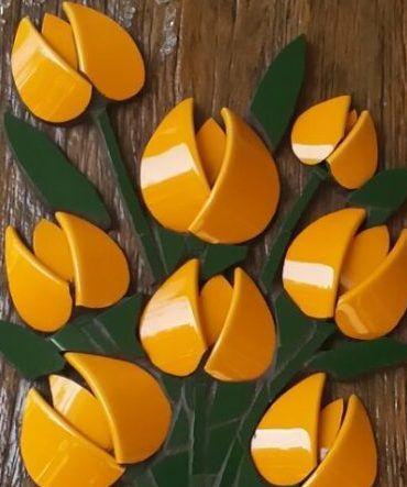 Mosaico realizado com louças diversas.