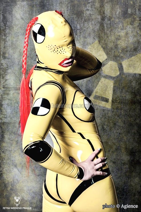 Yellow Crash Test Dummy latex catsuit Like & Share :) Photo by: Agience Photography More photos at www.latexvogue.com