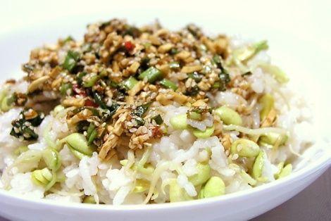 Ciekawy i oryginalny przepis na ryż przygotowany z kiełkami fasoli mung na sposób koreański. Jest to idealny dodatek do dania głównego, ale śmiało może posłużyć również jako danie główne. Kuchnia koreańska jest bardzo zdrowa a jej przepisy bardzo oriental