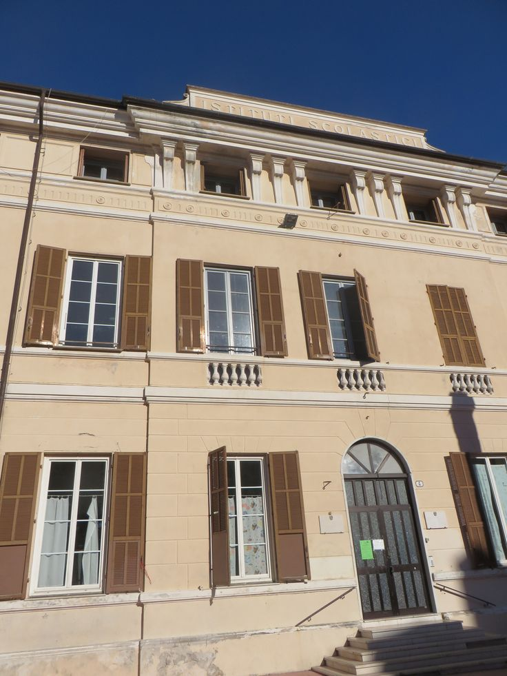 Imperia, Piazza Roma, edificio scolastico (1892). L'immobile sorge sull'area del distrutto convento francescano dell'Annunziata.