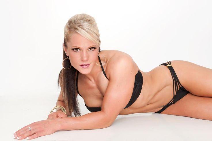 Nicole Wilkins est une athlète Figure et a gagné l'Olympia à deux reprises. Elle vous propose un Programme Spécial Été en seulement 30 jours.  Résumé du programme d'entraînement :     LUNDI MARDI MERCREDI JEUDI VENDREDI SAMEDI DIMANCHE        - Bas du corps- Cardio - Haut du corps- Card