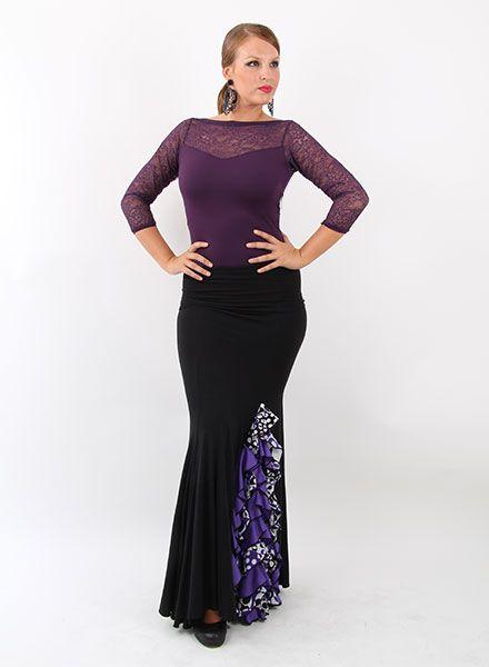 Faldas de flamenca Happy Dance para baile flamenco, realizadas en viscosa, punto y crespón. Es una falda flamenca que va entallada desde la cadera, viene confeccionado en negro y cuenta en el lateral de la falda de baile con unos cuantos volantes con estamàdos en negro, blanco y morado. Con respecto a su confección esta elaborado con un punto especial para obtener un tacto suave que parece seda. http://www.elrocio.es/faldas-flamencas-senora-y-nina/1880-faldas-de-flamenca-happy-dance.html
