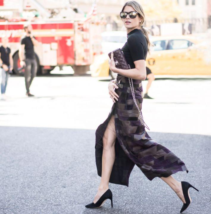 Helena Bordon veste: - BlusaCalvin Klein -SaiaCalvin Klein - SapatosCalvin Klein - Bolsa Chanel Photos byTim Regas