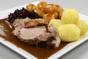 Dansk. flæskesteg med brun sovs og rødkål + hvide og brune kartofler   Danish. pork roast with brown gravy and red cabbage  white and brown potatoes (brown potatoes are turned around in the brown sugar in a pan until potatoes have absorbed the brown sugar)  ....fra Alletiders Kogebog