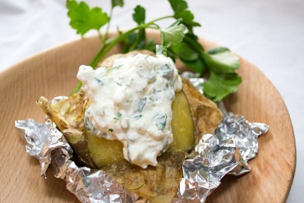 Krompir v »škartocu« s peteršiljevo skuto (Potatoes in foil with parsley cottage cheese). Easy to prepare, but takes some time to bake.    #ZeleniPonedeljek #Recepti #Dinner