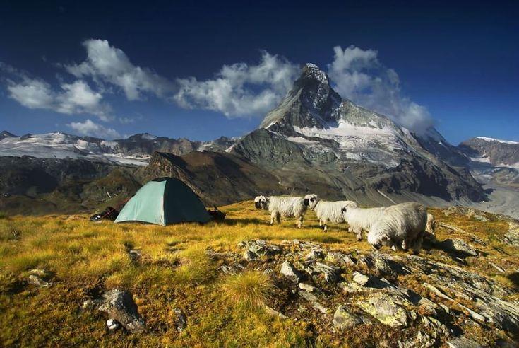 Karol Nienartowicz ha trascorso gli ultimi sei anni a girare l'Europa. Il fotografo polacco è un grande appassionato del trekking e della montagna. A spiccare nei  suoi scatti  - e talvolta a confondersi con i meravigliosi paesaggi - sono le tende all'interno delle quali ha trascorso tante no