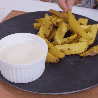Crujientes papas cocidas al horno con ajo y parmesano, cilantro y salsa agria