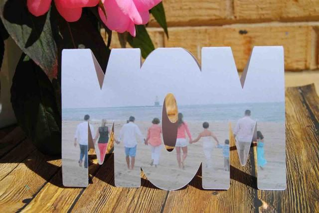 "25 Paper Crafts for Mother's Day: Mother's Day Photo Shape ""MOM"" Card"