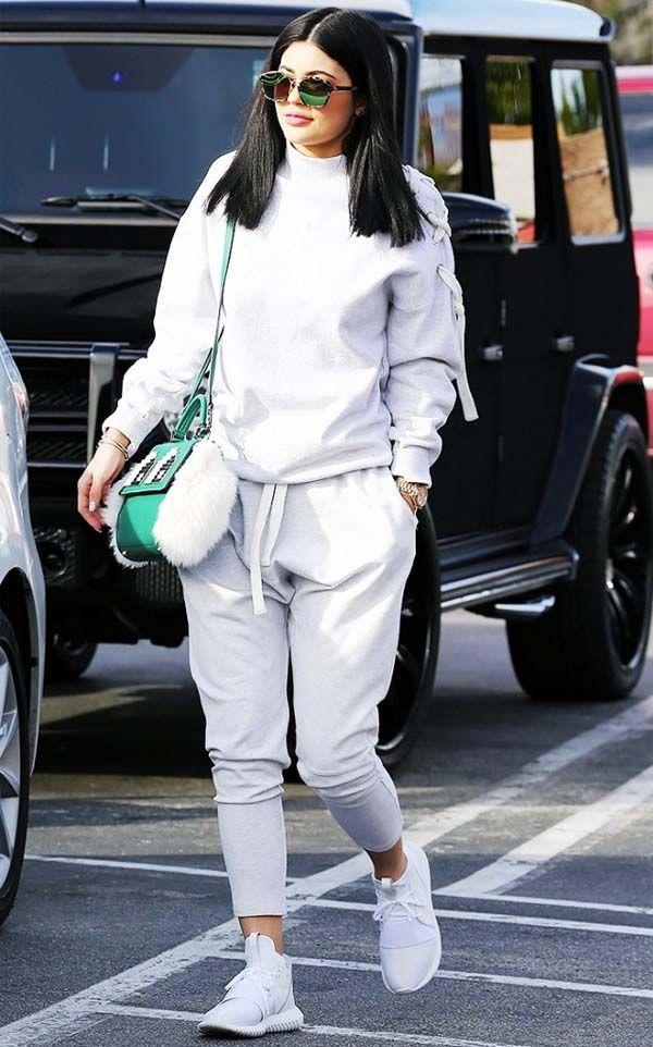 Kylie Jenner com calca jogging de moletom e tenis yeezy