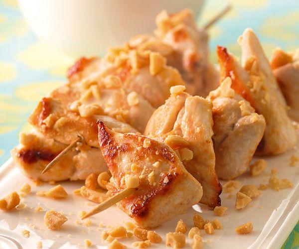 Gourmand magazine vous propose une recette pour les beaux jours : celle des brochettes de poulet sauce cacahuète et gingembre. Un plat à partager.