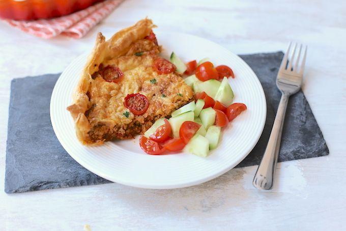 Op zoek naar een lekker recept voor een hartige taart? Maak dan eens deze hartige taart met gehakt en tomaat. Lekker, simpel en vrij snel te maken.