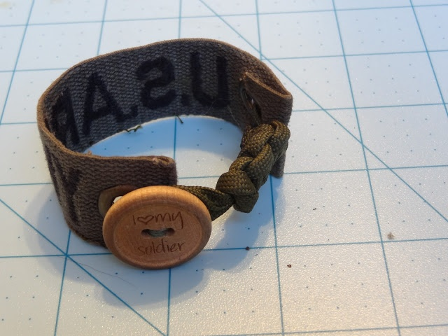 PARACORD NAMETAPE BRACELET by Running Army Wife #military #DIY www.operationwearehere.com/craftssewingetc.html