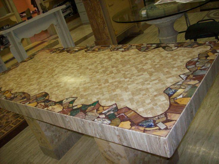 """Tavolo da Pranzo linea """" IL MERLETTO"""" Mosaico di 3 millimetri in Travertino e decorazione a giro di Marmi Impariali opera unica e Preziosamente Romana"""