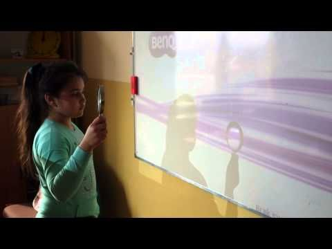 Dzisiaj na lekcji przyrody przeprowadzaliśmy eksperymenty z soczewką. To były trzy doświadczenia, które zaplanowaliśmy z naszą nauczycielką, panią Dominiką Fortuną. Nie sądziliśmy, że zwykła soczewka, kawałek oszlifowanego szkła, może prowadzić do tylu ciekawych odkryć i wniosków.