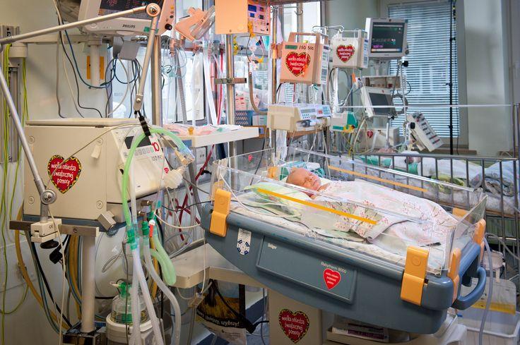 Bardzo wiele sprzętów medycznych w Centrum Zdrowia Dziecka w Warszawie ma naklejone czerwone serduszka WOŚP.